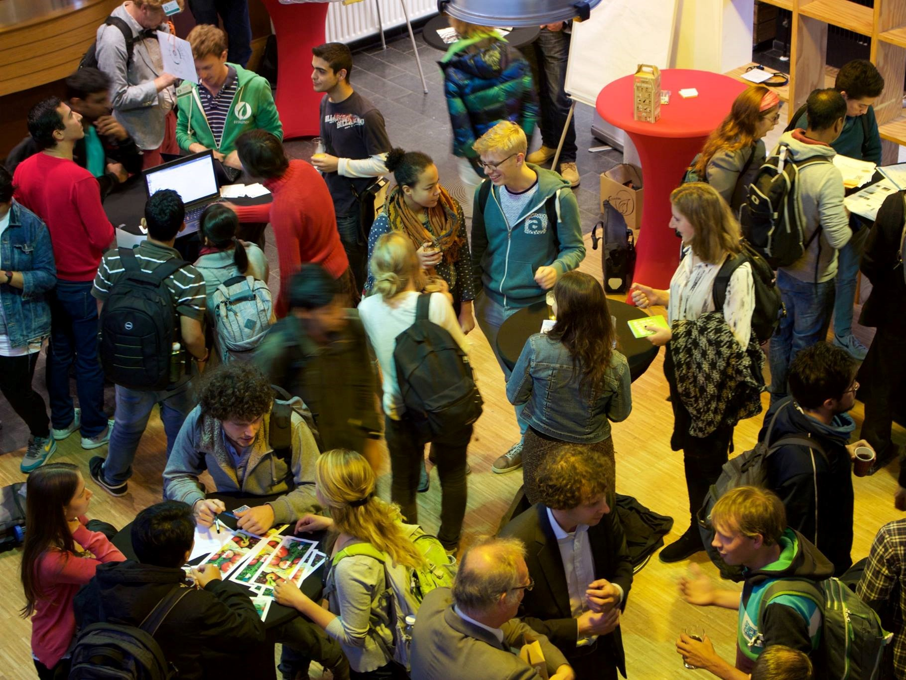 Nachhaltigkeitstag an der TU Delft, wo verschiedene Nachhaltigkeitsinitiativen sich vorstellen. Auch an deiner Institution könnte es mehr Nachhaltigkeitsinitiativen geben als du denkst. (Foto: Green Office Delft)